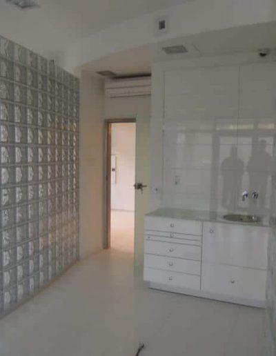Ściana z pustaków szklanych w gabinecie dentystycznym luksfery Seves satyna w gabinecie Seves DesignGlasspol - realizacje, pustaki szklane