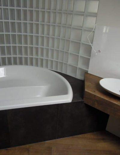 Ściana z pustaków szklanych Seves Design satyna w łazience Glasspol - realizacje, pustaki szklane