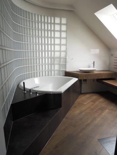 Ściana z pustaków szklanych między łazienką a salonem. Pustaki szklane matowe i satynowane