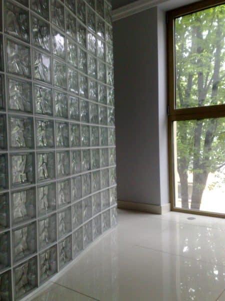 Ściana z pustaków szklanych seves design pustaki zakończeniowe- realizacja glasspol pustaki szklane