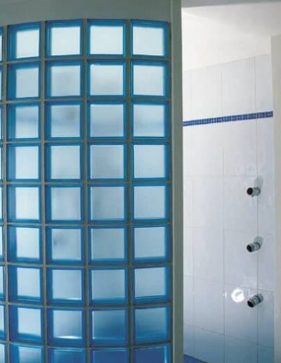 Ściana z luksferów  w łazience łuk z pustaków szklanych La Rochere Glasspol - realizacje, pustaki szklane