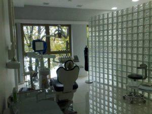 Ściana z pustaków szklanych w gabinecie dentystycznym luksfery Seves Glasspol - realizacje, pustaki szklane Luksfery ogniotrwałe, luksfery, luksfery cena, luksfery warszawa, luksfery przeciwpożarowe, ściana z luksferów, luksfery zamiast okna, montaż luksferów. luksfery montaż.