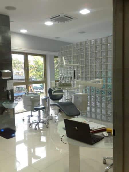 Ściana z pustaków szklanych w gabinecie dentystycznym luksfery Seves Glasspol - realizacje, pustaki szklane