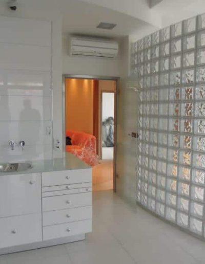 Ściana z pustaków szklanych Seves satyna w gabinecie Seves Design Glasspol - realizacje, pustaki szklane