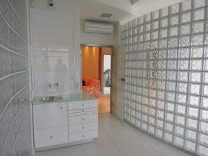Ściana z pustaków szklanych. Wolnostojąca ściana z pustaków szklanych Seves Design